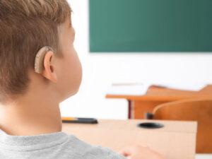 aparat słuchowy za ucho